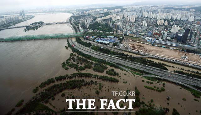 한강 본류에 홍수주의보가 9년 만에 발령된 6일 오후 서울 영등포구 63빌딩 전망대에서 바라본 한강일대가 침수된 모습을 보이고 있다. /이동률 기자