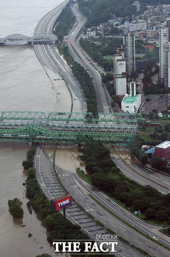 6일 오후 서울 영등포구 63빌딩 전망대에서 바라본 한강대교가 강물에 잠겨있다. /이동률 기자