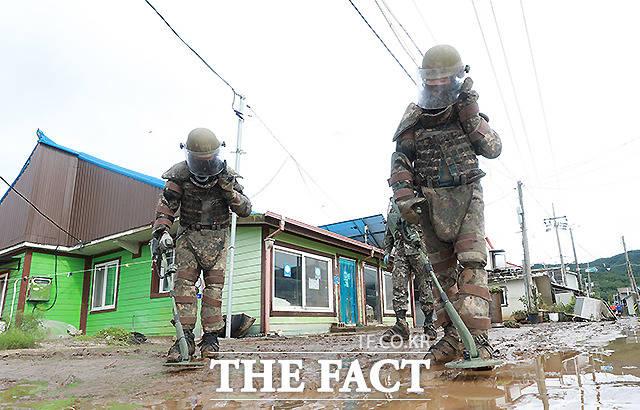육군 3사단 장병들이 6일 오후 집중호우로 침수피해를 입은 강원도 철원군 동송읍 이길리 마을에서 유실지뢰 탐지 및 제거작업을 하고 있다. /철원=뉴시스