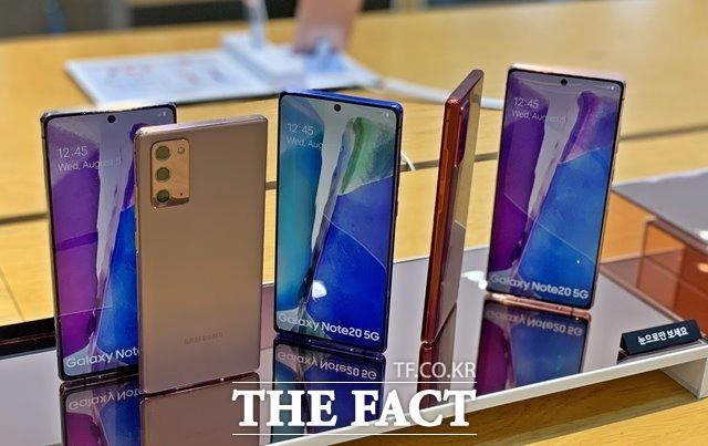 삼성전자가 지난 5일 진행한 갤럭시 언팩 2020에서 하반기 전략 스마트폰 갤럭시노트20 시리즈를 공개했다. 사진은 서울시 서초구 소재의 삼성전자 딜라이트샵에 전시된 갤럭시노트20 제품들./최수진 기자
