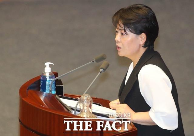 지난달 30일 본회의에서 윤 의원은 민주당이 추진하는 부동산 입법의 한계와 맹점을 차분하게 짚어냈다는 평가를 받았다. /뉴시스
