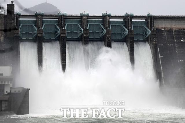 충북 중북부지역에 폭우가 이어져 수위가 높아진 3일 오후 충북 충주시 충주댐에서 물을 방류하고 있다. /충주=남용희 기자