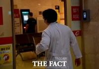 [TF포토] '분주한 의료진'