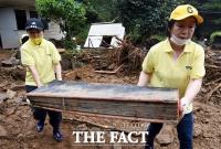 [TF포토] 수해 복구작업 하는 심상정-류호정