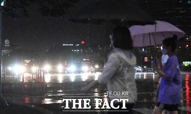 서울 지역에 호우주의보가 발효된 8일 오후 서울 영등포구 여의도역 일대에서 시민들이 우산을 쓰고 거리를 지나고 있다. /임세준 기자