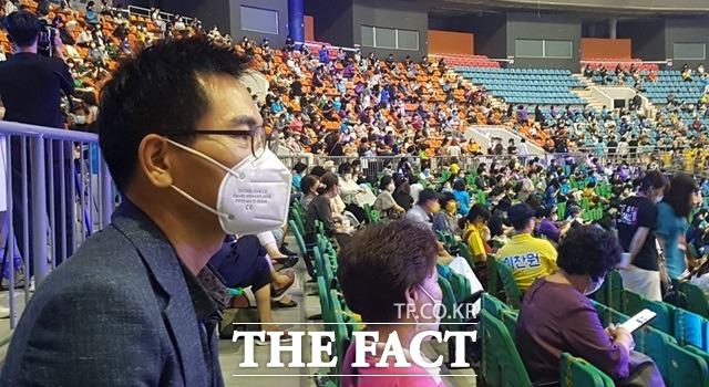 오후 7시30분부터 진행된 이날 미스터 트롯 첫 공연은 4000여명이 관람했다. 관할 지자체의 공연집합금지 명령 이후 두칸 좌석 띄우기로 조정하면서 5200여석의 좌석수가 좀더 줄었다. /강일홍 기자