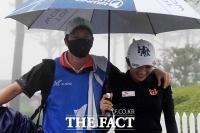 [TF포토] 아내 이보미를 위해 캐디백을 든 배우 이완