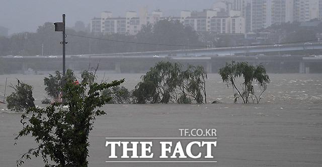 서울과 한강 상류지역의 집중호우와 팔당댐 방류량 증가로 서울 도로 곳곳에 교통 통제가 늘어나고 있는 가운데 9일 오후 서울 반포한강공원 일대가 물에 잠겨 있다.  /이효균 기자