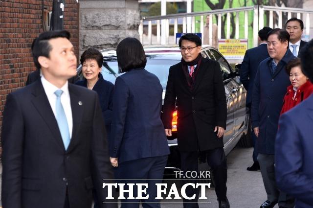 윤상현(가운데) 무소속 의원은 11일 문재인 대통령에게 오는 광복절에 박근혜 전 대통령 사면을 제안했다. 사진은 지난 2017년 3월 검찰 조사를 마치고 자택으로 귀가하는 박 전 대통령과 윤 의원의 모습. /더팩트 DB