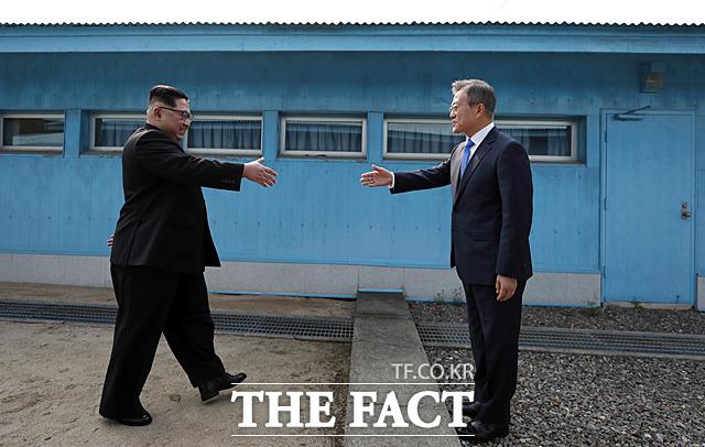 지난 2018년 4월 판문점 군사분계선에서 처음 만나 악수를 하는 문재인 대통령과 김정은 국무위원장. /한국공동사진기자단