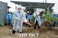 [TF사진관] 음성 수해지역서 복구작업 펼치는 김태년-이낙연