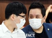 [TF포토] 임태훈 군인권센터소장과 대화 나누는 변희수 전 하사