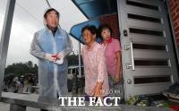 [TF포토] 수해 지역 주민 찾은 이낙연
