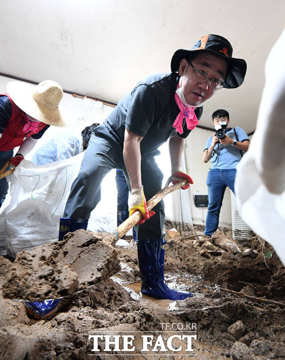 주호영 통합당 원내대표가 지난 5일 충청북도 충주시 엄정면 비석마을에서 집중호우로 산사태가 일어나 피해를 입은 가구를 방문해 당원들과 함께 복구작업을 하는 모습. /임세준 기자
