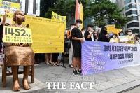 [TF포토] 소녀상 앞에서 진행된 '제8차 세계일본군 위안부 기림일 기자회견'