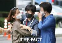 [TF포토] 손혜원 전 의원, 지지자와 포옹하며 밝은 미소