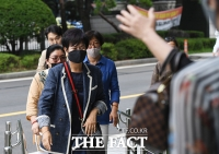 [TF포토] 손혜원, 지지자들의 응원 받으며 법원 출석