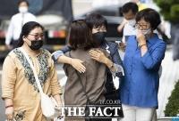 [TF사진관] '목포투기 의혹', 지지자와 포옹하는 손혜원 전 의원