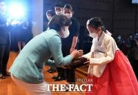 [TF포토] 국적증서 수여하는 추미애 법무부장관