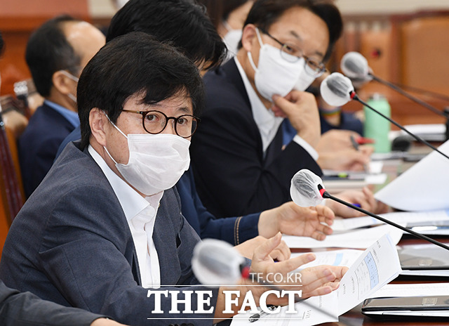 의사진행발언하는 유경준 미래통합당 의원(왼쪽)
