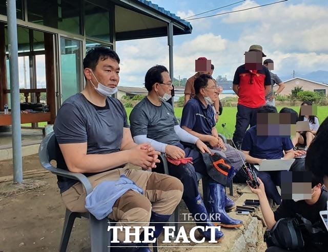 13일 오후 남원 용전마을 입구에서 (왼쪽부터) 통합당 정희용 의원, 주호영 원내대표, 정운천 의원이 취재진과 대화하고 있다. /허주열 기자