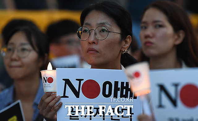 전문가들은 강제징용문제 관련해 장기화될 가능성에 대해 설명했다. 지난해 서울 종로구 일본대사관 앞에서 일본의 강제징용 사죄와 경제보복 철회를 요구하는 촛불을 든 시민들. /이새롬 기자