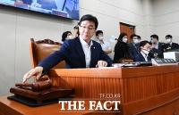 [TF포토] 윤후덕 위원장 대신 위원장석 앉은 고용진 간사