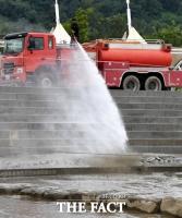 [TF포토] 강력한 물줄기로 진흙 걷어내는 살수차