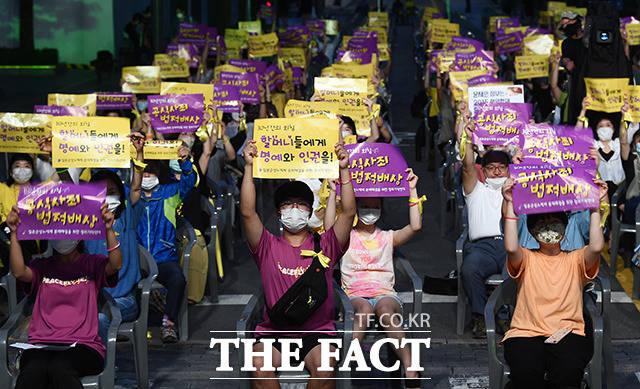제8차 세계일본군 위안부 기림일 나비 문화제가 14일 오후 서울 종로구 광통교 청계천 일대에서 열린 가운데 참가자들이 일본정부의 사과를 요구하는 구호를 외치고 있다. /이동률 기자