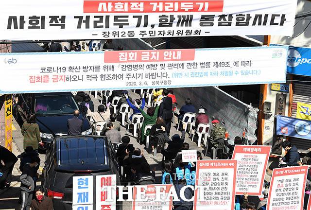 광복절 3일 연휴가 또다른 분기점이 될 수 있다는 우려가 커지고 있다. 3월29일 오전 서울 성북구 사랑제일교회 앞에서 교회 신도들이 예배에 참석하고 있다. /남용희 기자