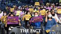 [TF포토] 구호 외치는 위안부 기림일 문화 참가자들