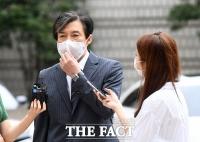 [TF포토] 마스크 고쳐쓰는 조국 전 장관