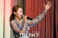[TF포토] 열창하는 북한 출신 방송인 김은아
