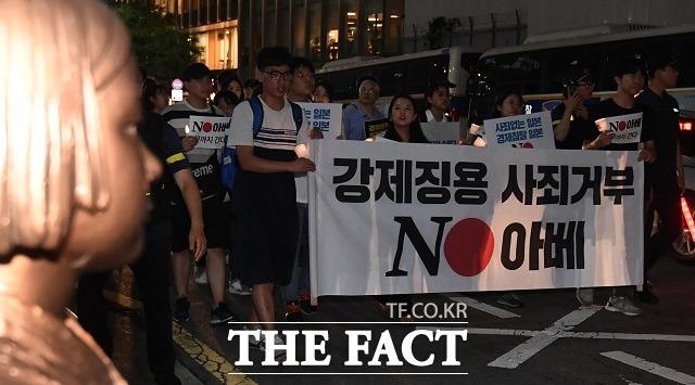 시민단체 회원들이 지난해 8월 서울 종로구 일본대사관 앞에서 일본의 강제징용 사죄와 경제보복 철회를 요구하는 모습. /이새롬 기자