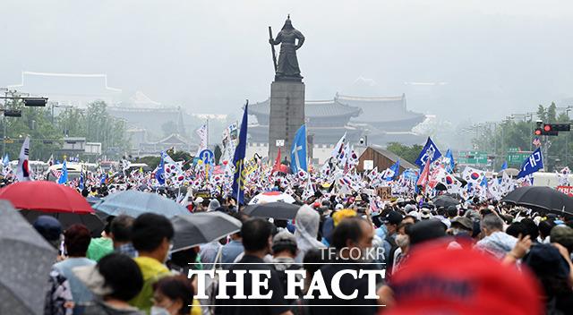 전광훈 목사가 이끄는 사랑제일교회와 보수단체가 참석한 8.15 광화문 국민대회가 15일 오후 서울 광화문광장에서 열린 가운데 집회 참가자들이 광화문 사거리를 가득 메우고 있다./임영무 기자