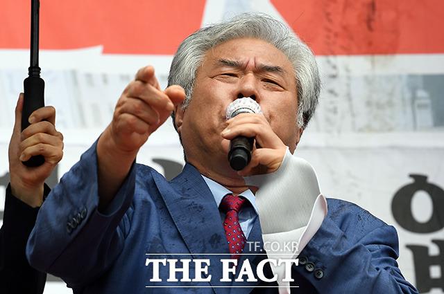 전광훈 목사가 15일 오후 서울 광화문광장에서 열린 8.15 광화문 국민대회에서 정부를 규탄하고 있다./임영무 기자