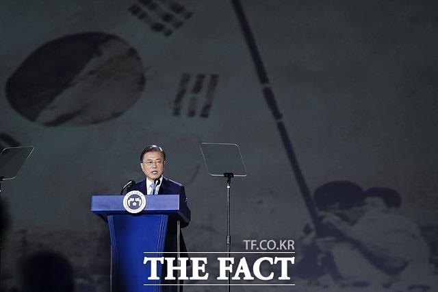 문재인 대통령이 15일 서울 중구 동대문디자인플라자에서 열린 제75주년 광복절 경축식에 참석해 경축사를 하고 있다. /청와대 제공