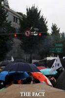 [TF포토] '청와대 향해' 폭죽 쏘는 집회 참가자들