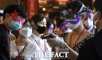 [TF사진관] 사회적 거리두기 2단계…'코로나 막는 HMD 얼굴가리개'