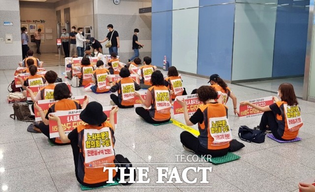 포항CCTV관제센터 노조원들이 19일 오전 시청 2층 로비에서 포항시와의 면담을 요구하며 시위를 벌이고 있다./포항=김달년기자