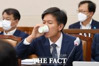 [TF포토] 물 마시는 김대지