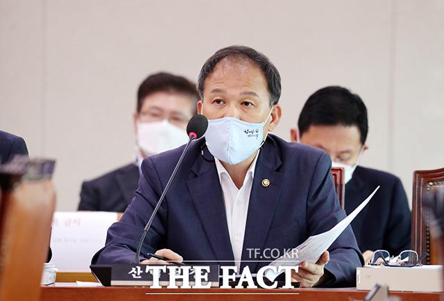 산사태 발생 관련 질문에 답변하는 박종호 산림청장
