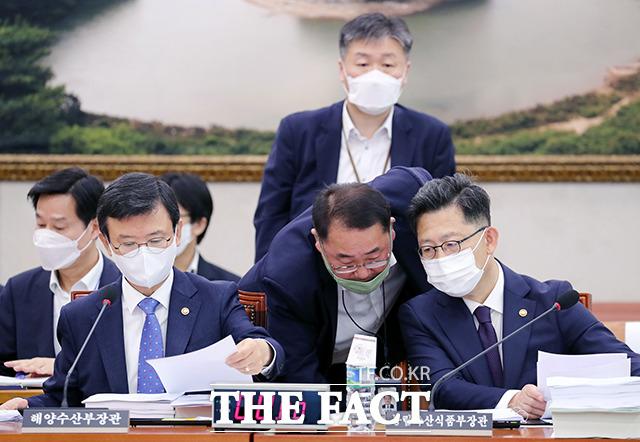 관계자에게 보고 받는 김현수 농림축산식품부 장관(오른쪽)
