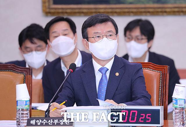 질의에 답변하는 문성혁 해양수산부 장관