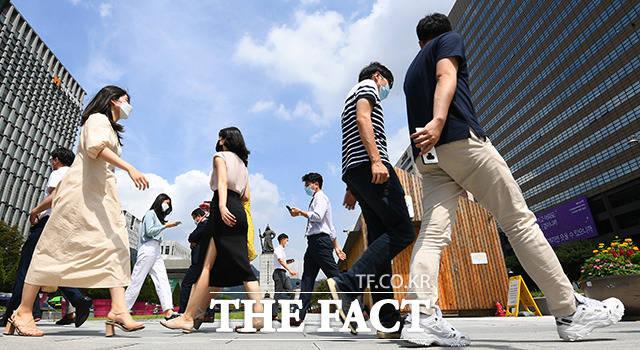 서울시가 마스크 착용 의무화를 시행한 24일 오후 서울 종로구 광화문역 일대의 시민들이 마스크를 쓰고 발걸음을 재촉하고 있다./이동률기자