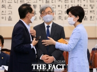 [TF포토] 대화하는 김도읍 의원과 백혜련 의원
