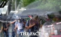 [TF사진관] '비바람 피하고 마스크까지 낀 출근길'