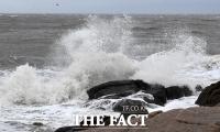 [TF사진관] '태풍특보 해제'…하지만 강한 바람에 몰아치는 거친 파도