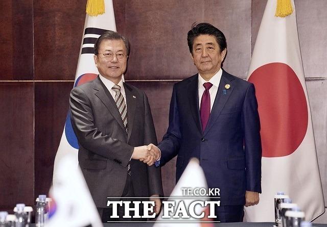 아베 신조 일본 총리가 28일 공식 사임 의사를 밝힘에 따라 벼랑 끝에 내몰린 한·일 관계에 새로운 전기가 마련될지 주목된다. 지난해 12월 중국 청두에서 정상회담 전 악수하는 문재인 대통령과 아베 총리. /청와대 제공