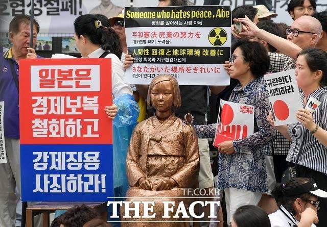 전격 사의를 표명한 아베 총리는 한일 간 역사 문제에 관해 강경한 태도를 보여왔다. 사진은 한국 YMCA 등 전국 680여개 시민사회단체가 지난해 8월 서울 종로구 옛 일본대사관 앞에서 아베 총리를 규탄하는 모습. /김세정 기자